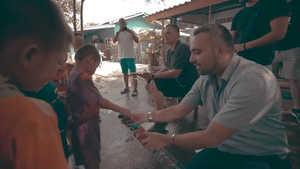 Said Shiripour bei einer Spende für Notdürftige Kinder