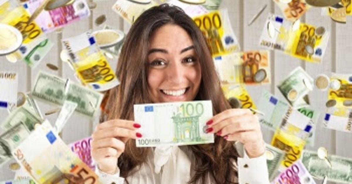 Frau mit Geld um zu zeigen das eine ausführliche Keyword analyse mehr Umsatz bringt